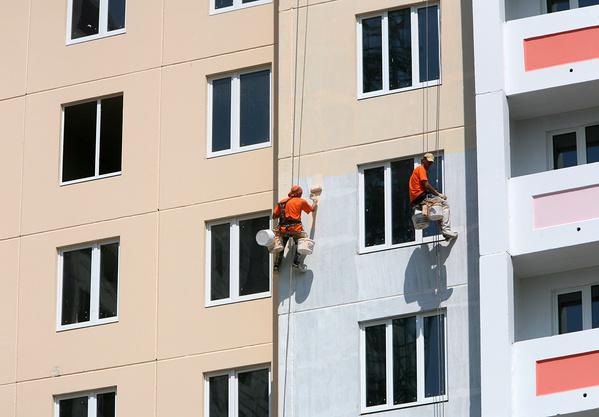 покраска фасада панельного дома альпинистами