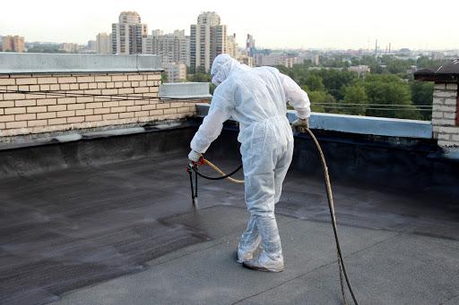 процесс покрытия крыши жидкой резиной