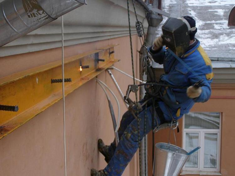 монтаж металлоконструкции на фасад здания промышленным альпинистом