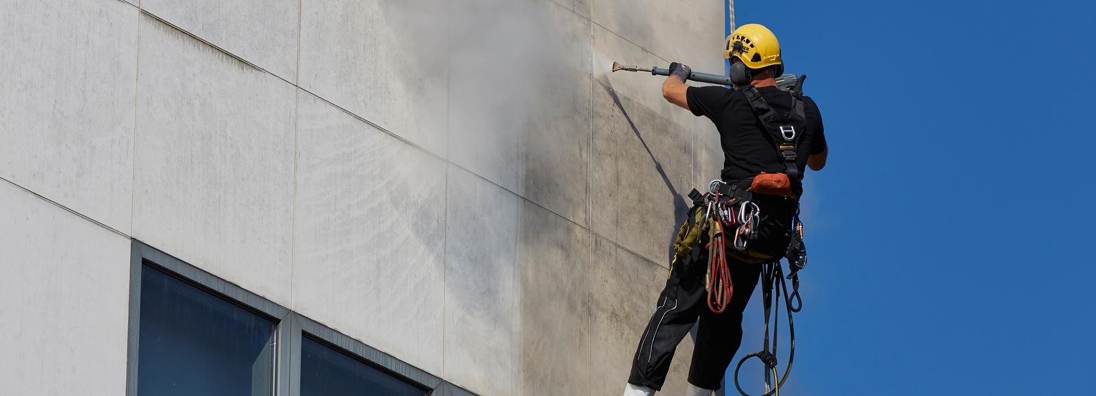 чистка атмосферных загрязнений с фасада аппаратом высокого давления