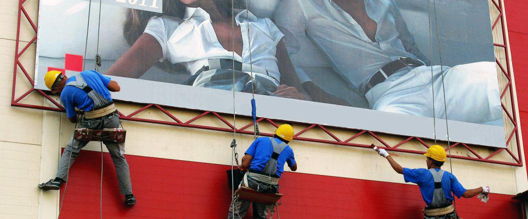 монтаж баннера промышленными альпинистами