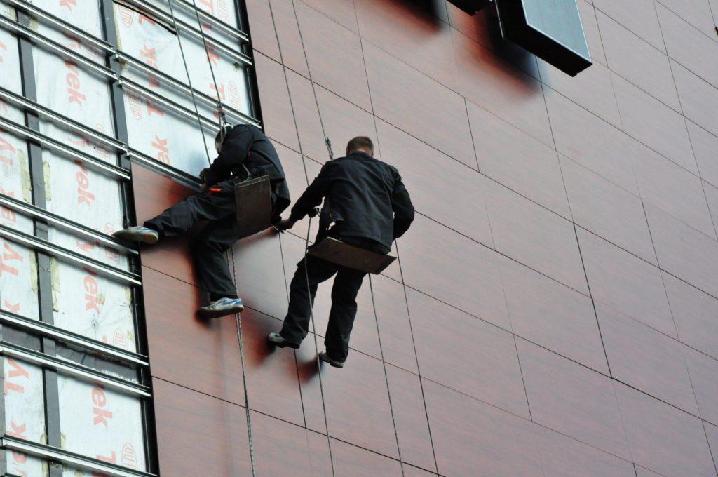 монтаж вентилируемого фасада промышленными альпинистами