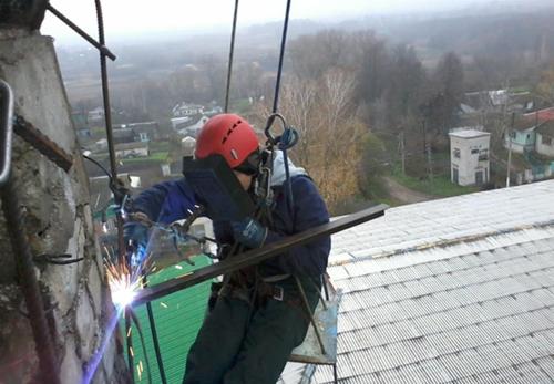 высотная сварка металлоконструкции промышленным альпинистом