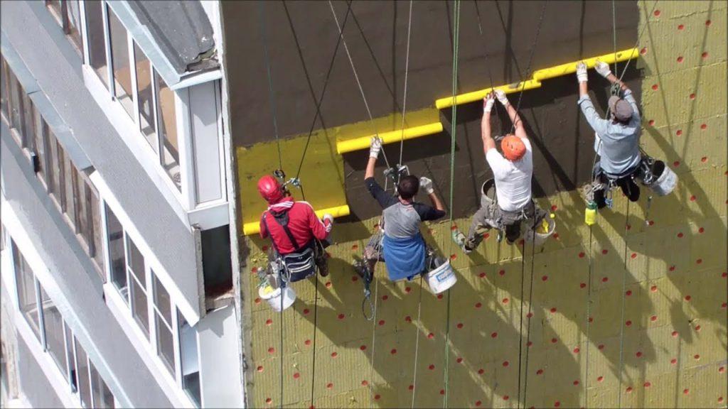 штукатурка фасада многоэтажного дома промышленными альпинистами
